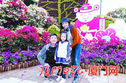 昨日广东游客在白鹭洲公园合影留念。(本组图/本报记者 黄少毅 摄)