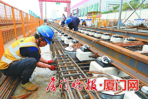 ■2号线育秀东路站铺轨施工现场。