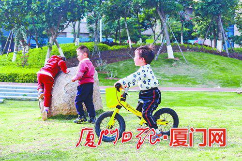 孩子在公园里嬉戏。