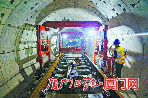 昨日,工人正在进行地铁2号线区间铺轨作业。(本报记者 王协云 摄)