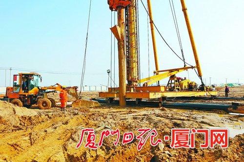 滨海东大道(翔安东路—莲河段)工程建设现场,工人正在进行砂桩施工作业。(记者 王协云 摄)