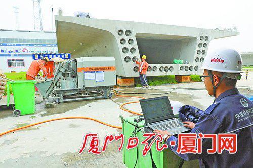 工人进行预制箱梁压浆作业。