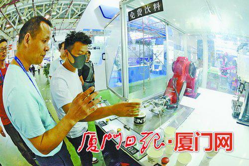 ▲工业机器人全自动制作饮料。