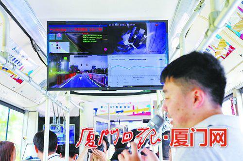 技术员正在BRT公交车上介绍5G车路协同技术。