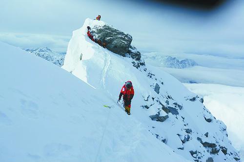 厦门人吴燕去年攀登珠峰时的留影。 吴燕供图