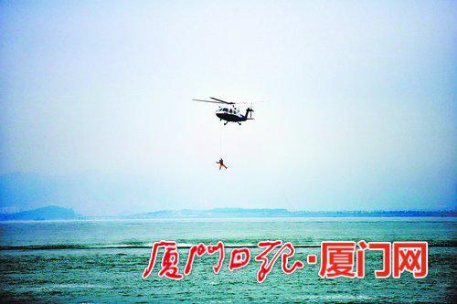直升机救起因骚乱不慎落水的乘客。