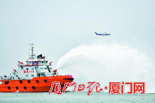 """船内起火,专业消防船""""骁龙119""""迅速赶来救援,直升机也赶来搜救因起火骚乱不慎落水的四名乘客。"""