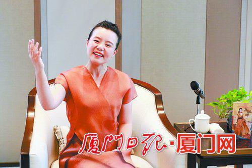音乐会前,龚琳娜在海沧融信华邑酒店贵宾厅接受媒体采访。