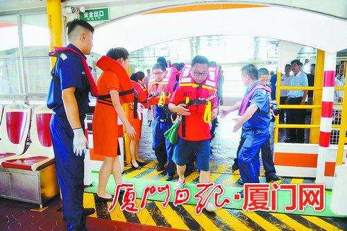 乘客被转移至另一艘船上。(本报记者张江毅摄)