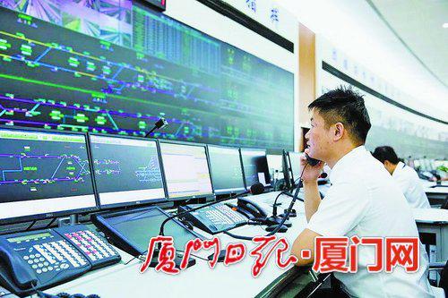工作人员监控地铁2号线各综合联调项目的调试情况。