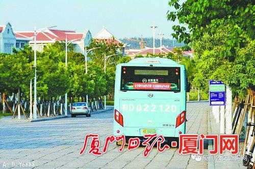 公交车开进校园。(图/公交集团提供)