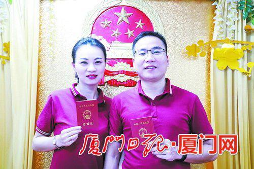 七夕登记结婚,杨莉和陈长飞特意准备了戒指和红T恤。(本报记者 黄少毅摄)