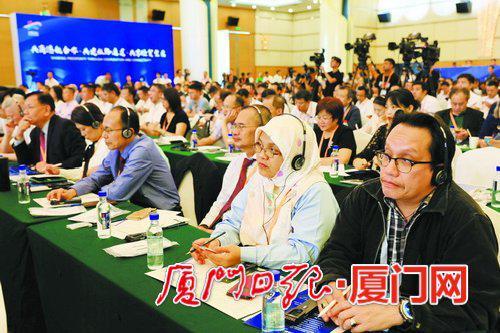 中外来宾在丝路海运国际合作论坛上聚精会神听演讲。