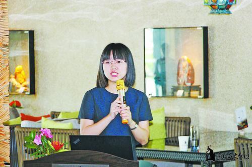 黄娟娟正在进行宣讲。
