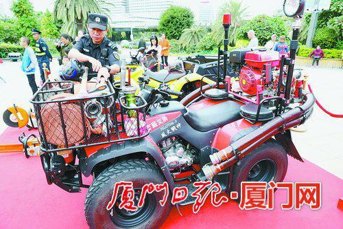 湖里高殿义务消防队的风火战神消防摩托车开进现场。