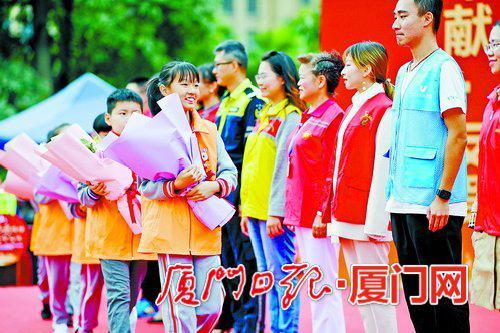小小志愿者向全国志愿服务优秀代表献花。