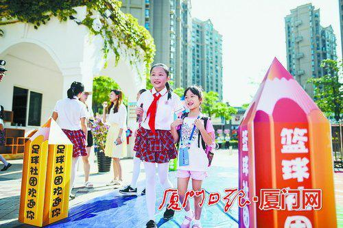 湖里实验小学的同学在阳光下步入校园。(本组资料图/本报记者 林铭鸿 摄)