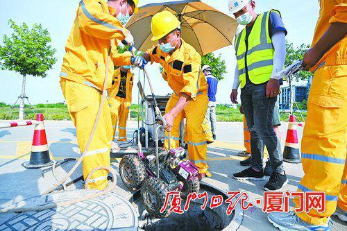 """工作人员用管道检测机器人开展""""溯源排查""""。  (本报记者 林铭鸿 摄)"""