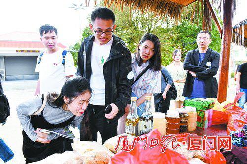 自媒体企业代表参观了解军营村农特产品。(本组图/夏海滨摄)