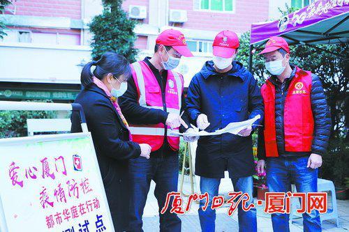 在吕厝社区,志愿者和热心居民一同参与防疫。(陈财根 摄)