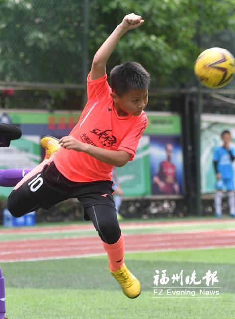 冠军杯比赛中,柯博文头球截住射向球门的来球。