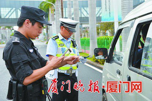 警方对车辆进行盘查。 (警方供图)