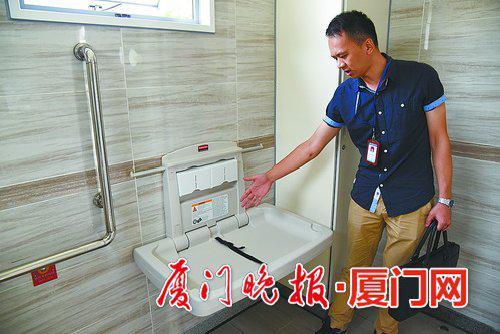 -新建公厕内的母婴台上,有一根保险带,可以固定住婴儿。