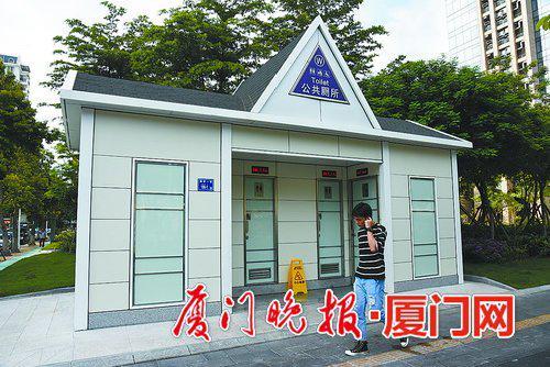 -湖滨南路的这处公厕采用斜坡屋顶设计,与周边环境更为搭配。