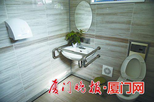 -洗手台旁边设有扶手,方便残障人士或老人借力。