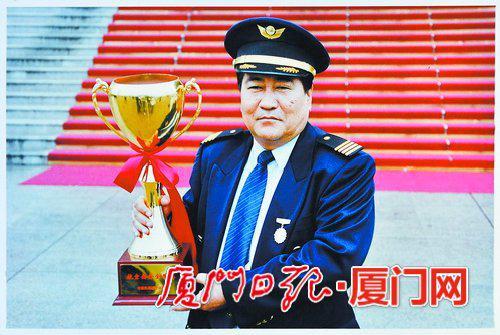代表厦航捧回安全奖杯。