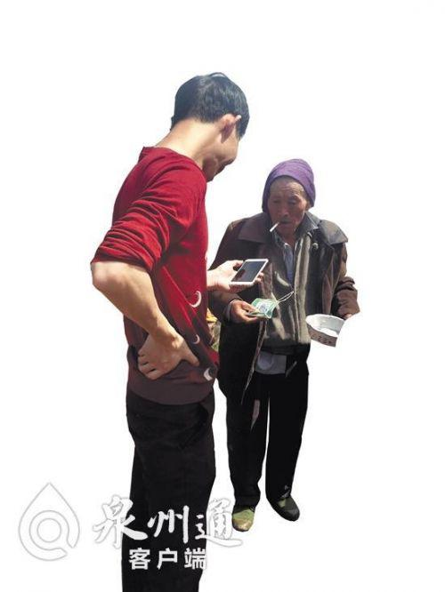   怕要不到零钱,乞讨者出示微信二维码讨钱。