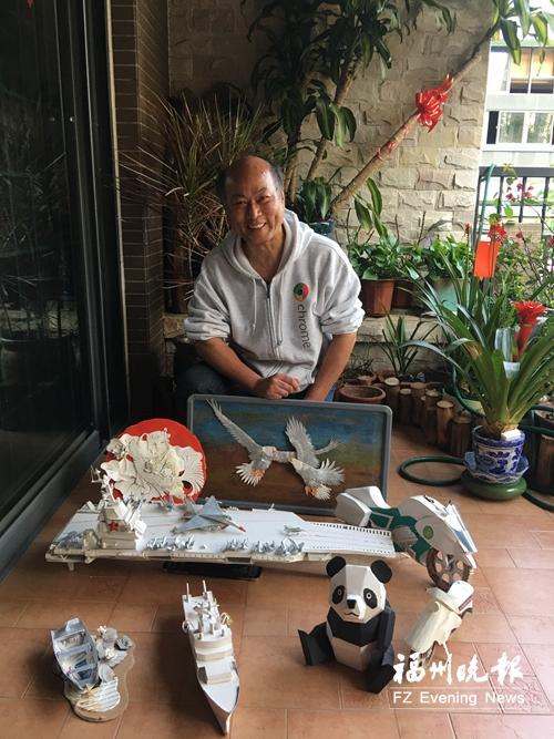 他做的熊猫、战舰、摩托车等纸雕。