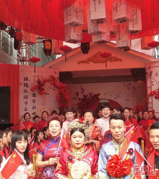 快闪歌唱《我和我的祖国》东南网记者 张立庆摄