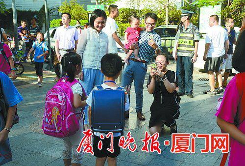 ■开学第一天,父母给孩子拍照留影。