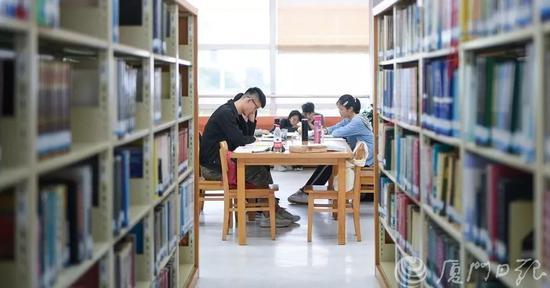 市民在市图书馆阅读