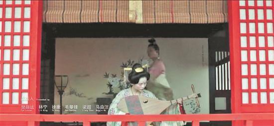 女子弹奏琵琶的画面 (视频截图)