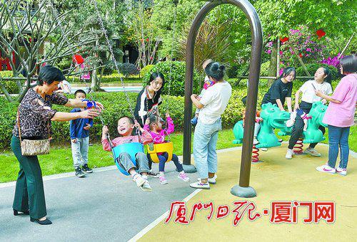 小朋友们呼朋引伴,在休闲区域嬉戏玩耍。(本报记者 陆晓凤 摄)