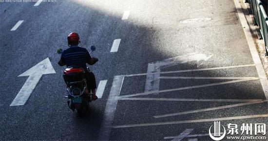 7月30日上午 6时56分,鲤城V12**电动自行车在东街东门公交车站路段不按道行驶被自动抓拍