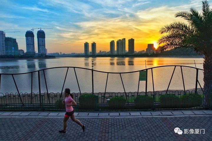 《夕阳下》黄锦湘摄于湖边水库