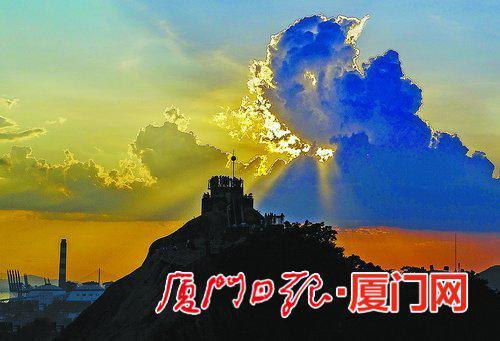昨日傍晚,厦门鼓浪屿上空出现美丽霞光。(本报记者王火炎摄)