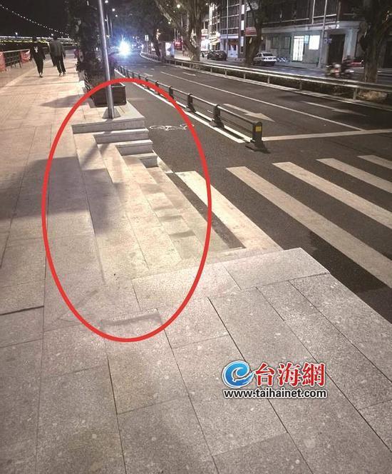 """漳州龙海锦江道上这些台阶像""""陷阱"""" 市民呼吁需小心"""