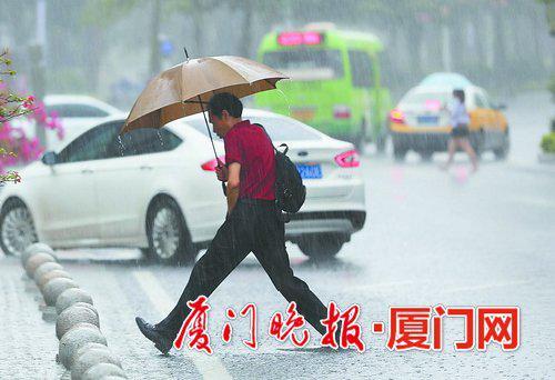 ▲降雨给市民出行带来不便。 陈立新 摄