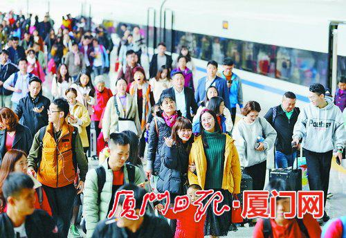 昨日下午,厦门火车站返程客流量增大。(记者 张奇辉 摄)