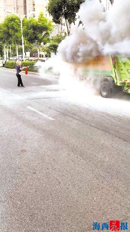 路人拍下了英勇的公交司机救火场面。