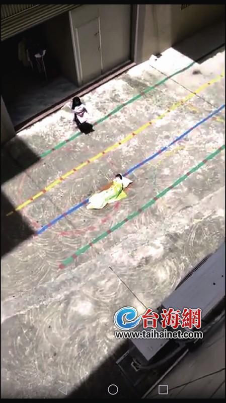 ▲视频显示,两幼童在太阳底下暴晒