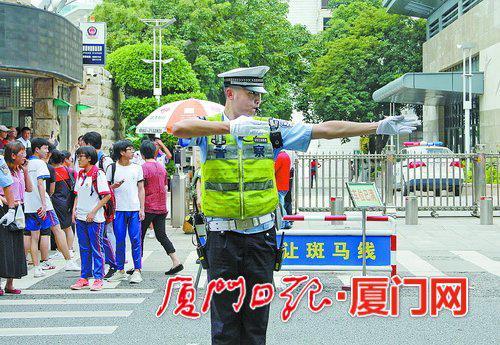 ▲交警支队民警在学校门口指挥交通。