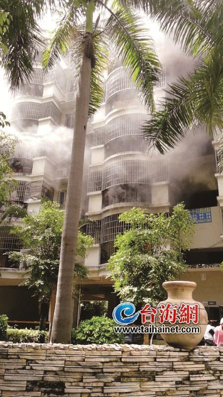 漳州一套房失火浓烟滚滚 消防通道被堵幸亏……