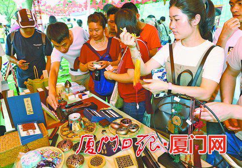 市民在两岸端阳市集挑选商品。