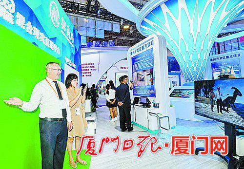 外国客人在漳州开发区展位体验虚拟现实直播平台。