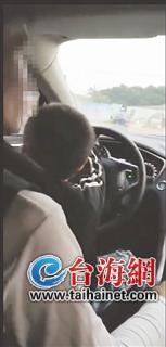 漳州一父母让3岁小孩开车还发朋友圈 被交警罚款记分